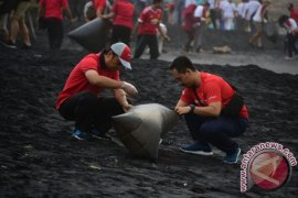 OJK Ajak Lembaga Keuangan Pungut Sampah di Pantai Lembeng
