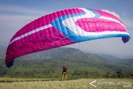 Dievakuasi, wisatawan Perancis terjatuh saat main Paragliding