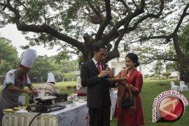 Rayakan HUT Ibu Negara, Jokowi Belikan Durian