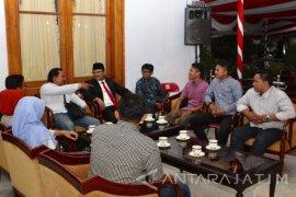 Gus Ipul Terima Masukan Mahasiswa Muhammadiyah Sembari Ngopi di Grahadi