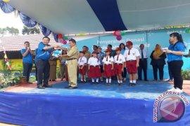 BCA Salurkan Buku Ke Enam Sekolah di Kalbar