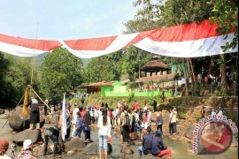 Warga Sukabumi Kibarkan Bendera Sepanjang 72 Meter