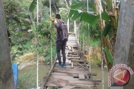 Jembatan Gantung Kampung Jawa Rusak Berat