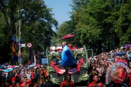Peserta Karnaval Berebut Berfoto Bersama Presiden Jokowi