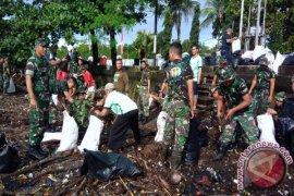 Aksi bersih pantai sambut perayaan ulang tahun ke-74 RI