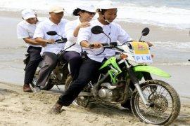 Menteri BUMN Naik Sepeda Motor Meninjau Pantai Nipah Lampung
