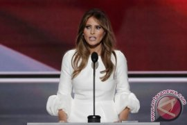 Melania Trump Panen di Kebun Sayur Michelle Obama