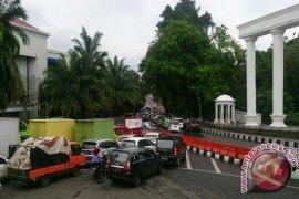 Pohon Tumbang Timpa Satu Mobil dan Satu Sepeda Motor Di Bogor