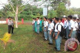 Polisi Tempilang Tertibkan Pelajar Tidak Berhelm