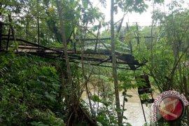 Jembatan Gantung Terputus Menghambat Aktivitas Warga