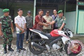 Anggota Kodim Rejang Lebong Serahkan Sepeda Motor Temuan Ke Polisi