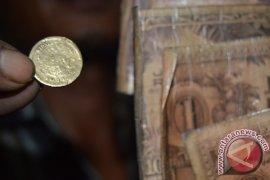 Warga Temukan Koin Kuno