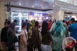 Pengunjung Mall Bogor Ngantri Di Toko Tani Indonesia