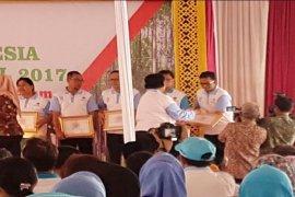 Menteri LHK Menganugerahkan Penghargaan Kepada Danone-Aqua