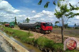 Bongkar Muat Semen Di Jalan Lingkar Ganggu Masyarakat