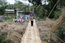 Gubernur Ridho Ficardo Meresmikan Jembatan Gantung Ke-6 di Gedong Tataan