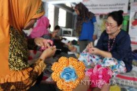 Ibu PKK Kutisari Surabaya Dapat Pelatihan Merajut dari Alfamart