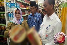 Tim Gabungan Razia Produk Makanan Di Pasar Swalayan