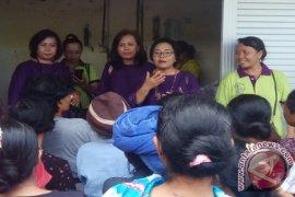 """Bali Sruti Beri Sembako kepada Perempuan """"Tukang Suwun"""""""