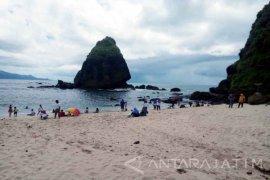 Libur Natal, Pantai Papuma Jember Dipadati Ribuan Wisatawan