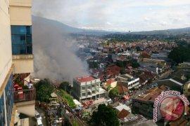 Sejumlah Rumah Di Samping Mal BTM Terbakar (Video)