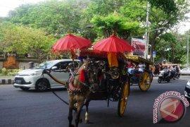 Libur lebaran, wisatawan naik dokar gratis di denpasar