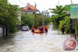 SAR evakuasi wisatawan terjebak banjir di Kuta