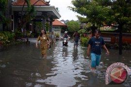 Sejumlah sekolah di Denpasar diliburkan karena banjir (video)