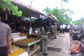 Pedagang buah di tepian sungai  Kandilo ditertibkan