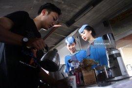 Daop Surabaya kembali beri secangkir kopi gratis penumpang