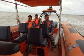 Gelombang tinggi hambat pencarian kapal tenggelam