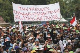 Nelayan Pantura Demo saat Presiden Lantik Pejabat Negara (Video)