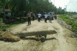Warga Tanah Pasir blokir jalan