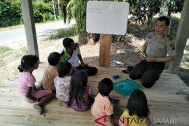 Polisi ajari  anak SAD callistung