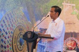 Pria berbaju militer berlogo palu-arit disebut ayah Jokowi? Simak faktanya