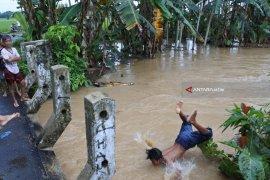 Floods Inundate 23 Villages in Jember District (Video)