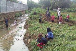 Aparatur kecamatan bersama warga bersihkan sungai sarudik