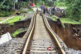 Jalur KRD Bogor-Sukabumi Longsor