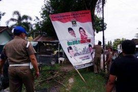 Petugas Tertibkan APK dan Reklame di Magetan
