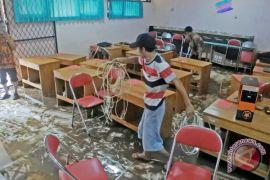 Sekolah Tangerang diterjang banjir akibat saluran penuh sampah