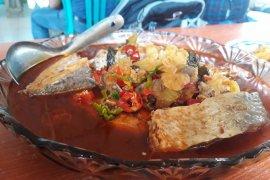 Menikmati ikan asam pedas RM Kite di Kuala Mempawah