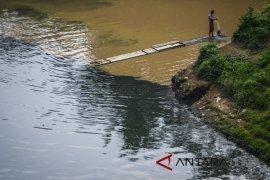 Pencemaran oli bekas di Sungai Citarum di selidiki