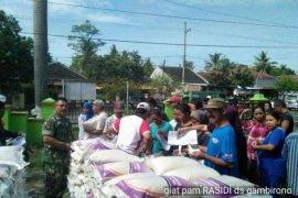 Babinsa Kodim 0824 Jember Kawal Penyaluran Beras Bersubsidi