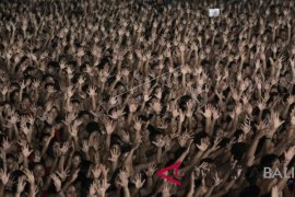 5,555 balinese kecak dancers break muri record