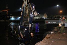 Operasional Dermaga Jamrud Kembali Normal setelah Evakuasi Mobil Tercebur (Video)