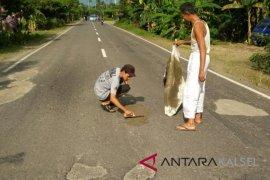 Jalan Nasional Rusak Warga HST Swadaya Perbaiki