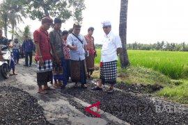 Wabup Tabanan tinjau perbaikan jalan di Kediri