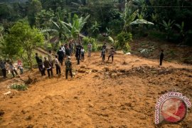 Dua orang tertimbun longsor di Bandung Barat