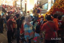 Ribuan warga saksikan atraksi naga bersinar di Kota Pontianak