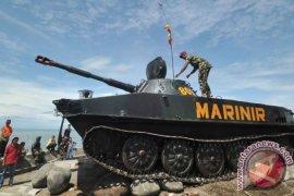 Tank amfibi Korps Marinir TNI AL terpasang di Monumen Bahari Mataram